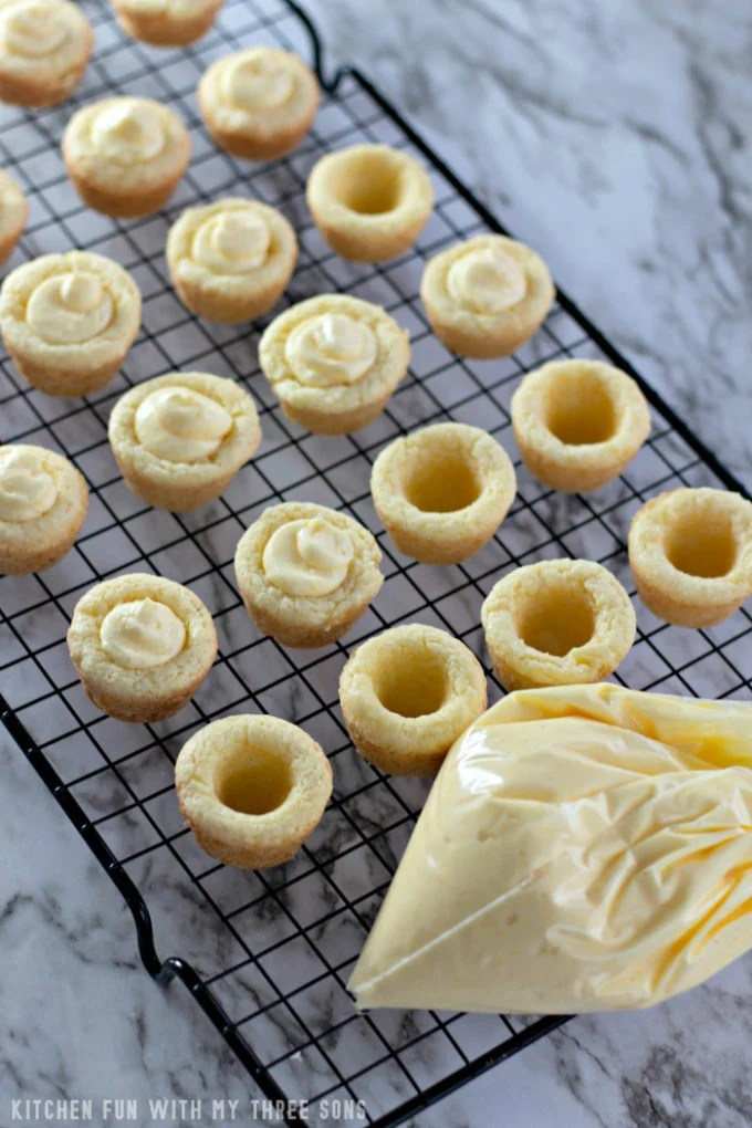 filling cookie cups with pastry cream