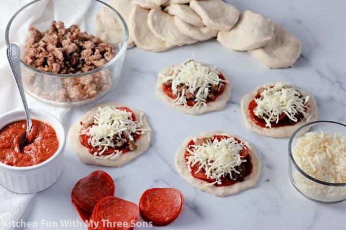 fromage sur les pizzas.