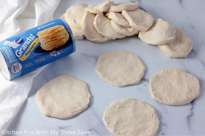 Grande pâte à biscuit séparée pour faire des croûtes de pizza.