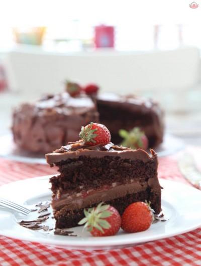 Çilekli ve Çikolatalı Yaş Pasta