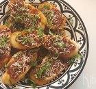 Crostini met tomatentapenade en basilicum