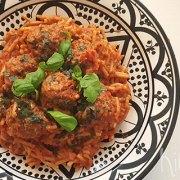 Spaghetti met vegetarische balletjes in romige tomatensaus