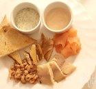Visbordje met toast en twee sausjes