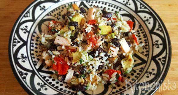 Rijstsalade met gerookte kip, zwarte bonen en avocado