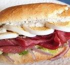 Broodje met rookvlees, ei en truffelmayonaise