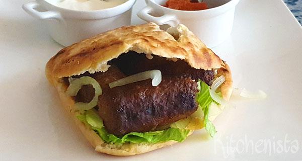 Pita met cevapcici (gehaktrolletjes uit de Balkan)
