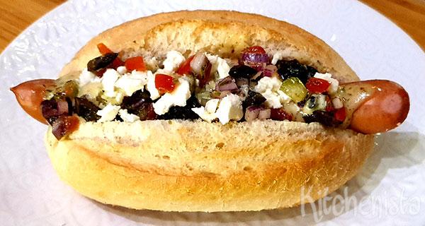 Hotdog met Griekse salade en honing-mosterdsaus