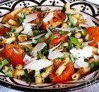 Pasta met pesto en gegrilde tomaten
