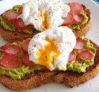 Zuurdesem toast met avocado, radijs en gepocheerd ei