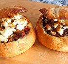 Gevulde broodjes met Turks gekruid gehakt en feta