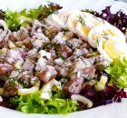 Salade van nieuwe haring met bleekselderij, ei en augurk