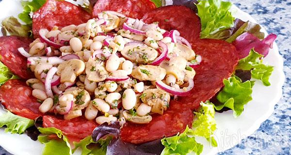 Maaltijdsalade met witte bonen, champignons en chorizo