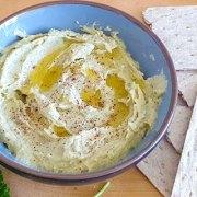 Witte bonendip met tahin en groene kruiden