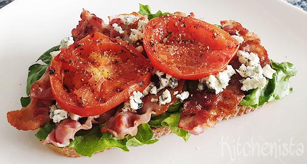 BLTC sandwich – bacon, sla, tomaat en blauwe kaas