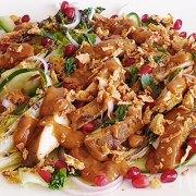 Gegrilde little gem salade met kipfilet en satésaus