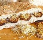 Turks brood met hummus, aubergine, feta en alfalfa