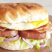 Gebakken spam sandwich met ei, spek en ui
