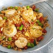 Gebakken rijst met garnalen, chorizo, tuinerwten en ei