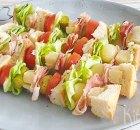 Sandwichspiesjes met ham, kaas, tomaat en sla