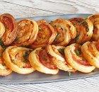 Bladerdeegkoekjes met ham, kaas, mosterd en bieslook