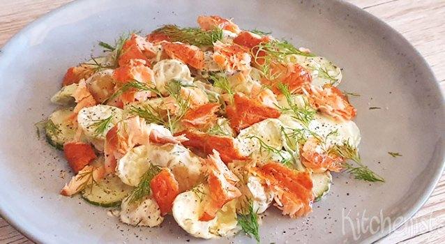 Salade met warm gerookte zalm, aardappels en dille