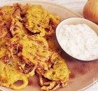 Uien bhajis met raita als snack of bijgerecht