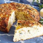 Aardappelbrood met groenten, rozemarijn en provolone