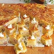 Tortilla van aardappelchips met alioli (tapa)
