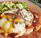 Holsteiner schnitzel – schnitzel op brood met een spiegeleitje