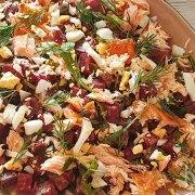 Maaltijdsalade met rode bieten, rucola, ei en gerookte zalm