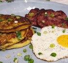Aardappel en bosui pancakes met ham en een spiegelei
