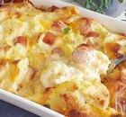 Ontbijt van eieren, worstjes, kaas en brood uit de oven