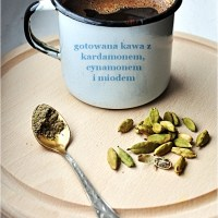 gotowana kawa z kardamonem, cynamonem i miodem