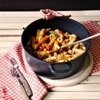 szybki obiad bez mięsa: pełnoziarnisty makaron zapiekany z pomidorami i cieciorką