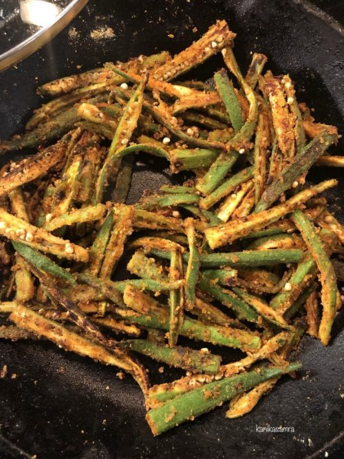 Cooking okra in the pan.