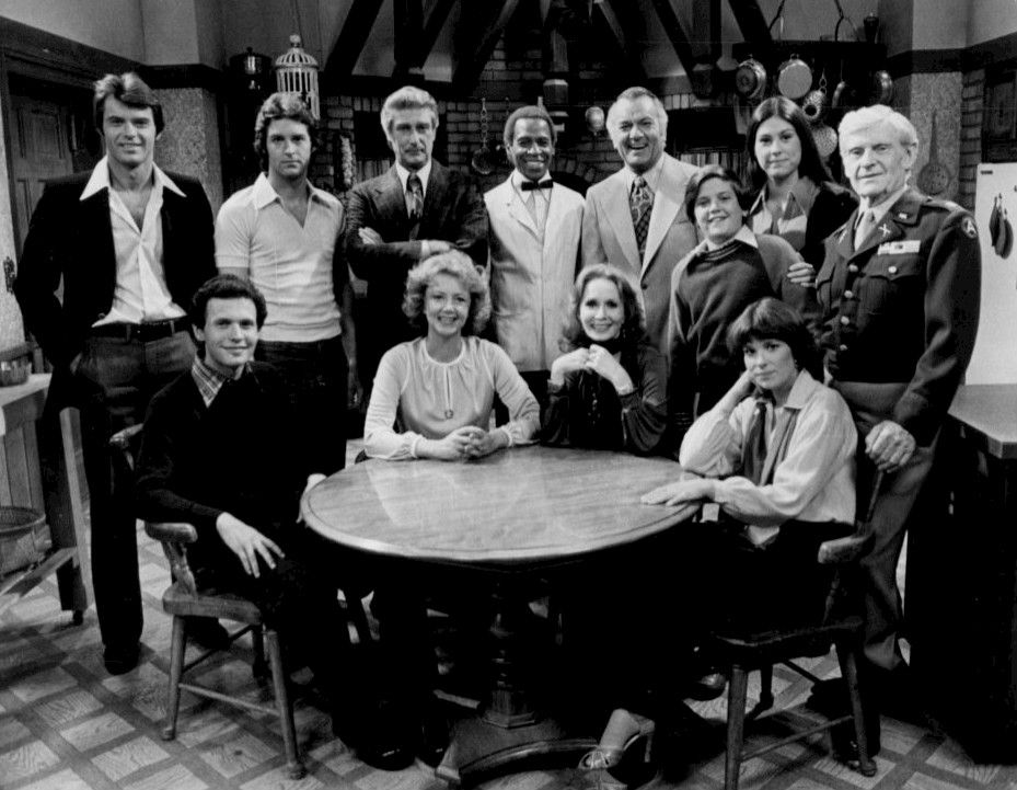 Standing, from left: Robert Urich (Peter Campbell), Ted Wass (Danny Dallas), Richard Mulligan (Bert Campbell), Robert Guillaume (Benson), Robert Mandan (Chester Tate), Jimmy Baio (Billy Tate), Diana Canova (Corinne Tate), Arthur Peterson, Jr. (the Major, a Tate family member). Seated, from left: Billy Crystal (Jodie Dallas), Cathryn Damon (Mary Campbell), Katherine Helmond (Jessica Tate), Jennifer Salt (Eunice Tate).