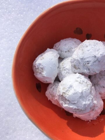 Butterballs, an egg-free cookie recipe, that melts in your mouth, thanks to instant pudding mix, pecans, toffee bits and powdered sugar. www.kitchenserf.com