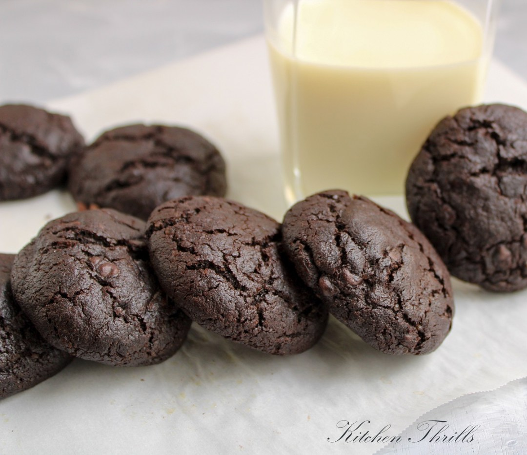 Healthy Fudgy double chocolate brownie cookies with cocoa powder and chocolate chips. The easiest brookie recipe ever! #cookies #healthycookies