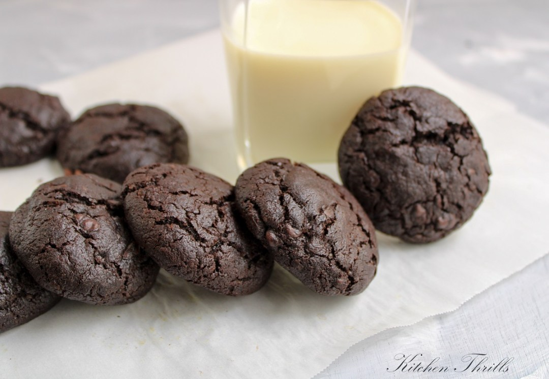 How to make brownie cookies from scratch? These decadent cookies are crackled on top and soft, fudgy and chewy on the inside. #brookies #browniecookie