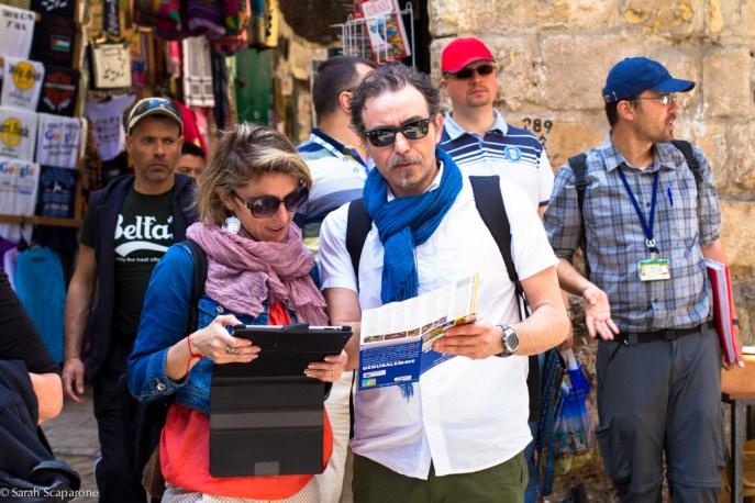 Marta e Generoso consultano le mappe della città