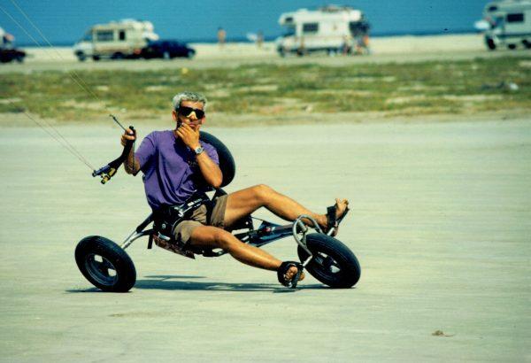 Laurent Ness en char à cerf-volant ou buggy