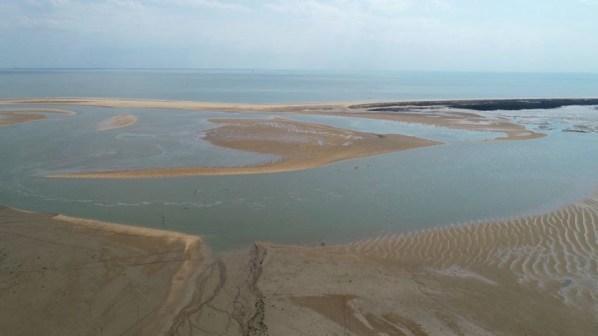 Vue aérienne du canal restant à marée basse