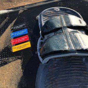 Watervaste kitesurf-sticker met contactgegevens.