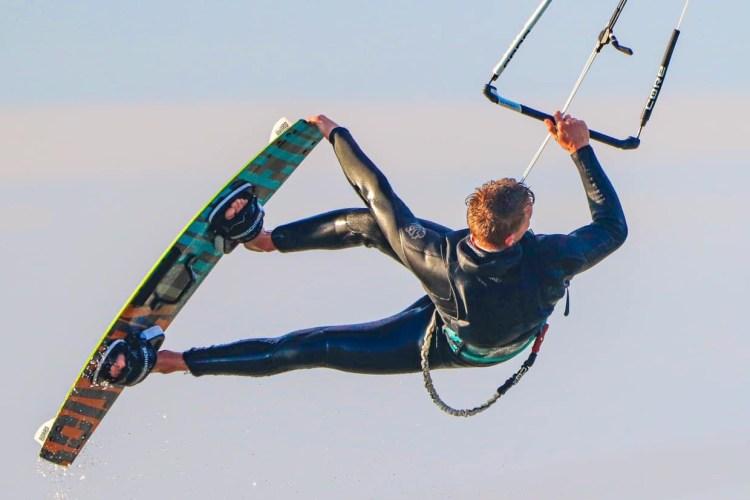 Is kitesurfen gevaarlijk? Lees onze visie en de feiten over letsel. Foto: Iris Everts