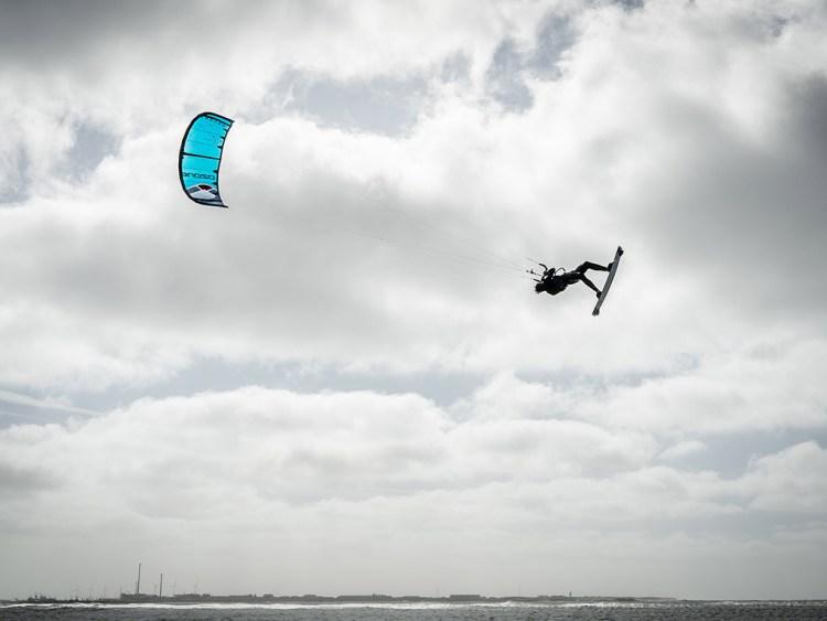 Lite surf concept. Kites worden lichter en tegelijk sterker, stabieler en betrouwbaarder. Foto van Sean Overbeek met de lichte Ozone Enduro v3 door Koldnagel@coldnail.