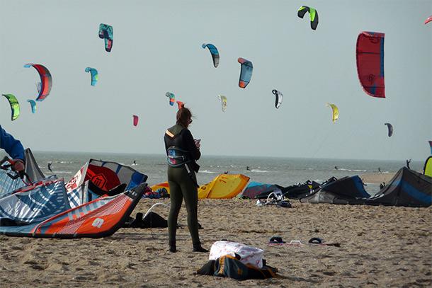 31 kitesurfers gered voor Rockanje door reddingsbrigade - koningsdag 2021