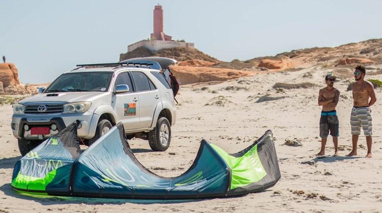 Organisation du downwind et préparation du matériel de kitesurf sur la plage du nordeste