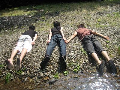 河原で死体ごっこ