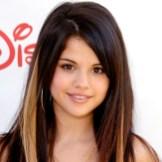 2008 Попытки создания нового образа: к каштановым прямым волосам добавились светлые накладные пряди.