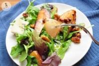 Обжаренная груша с рукколой и листьями салата 9